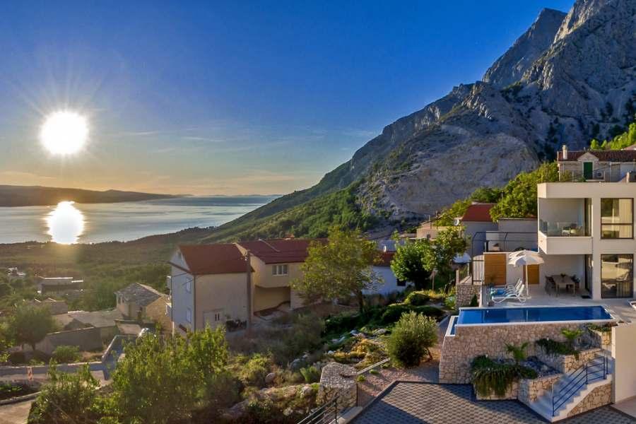 Genießen Sie die magischen Sonnenuntergänge von der Terrasse Ihrer Villa